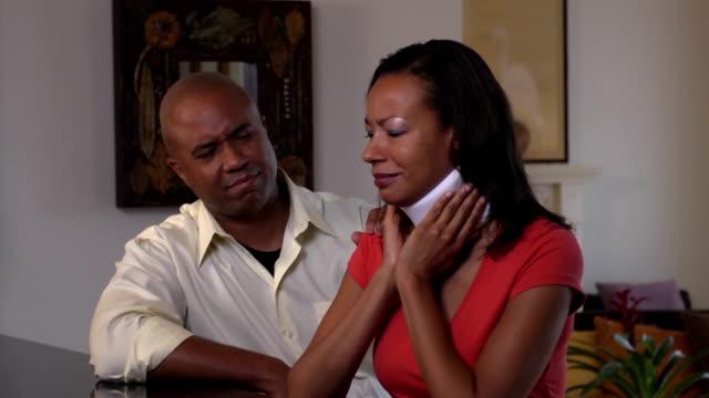 vídeos de stock, filmes e b-roll de esposa e marido reconfortante feridos em colar cervical - brace