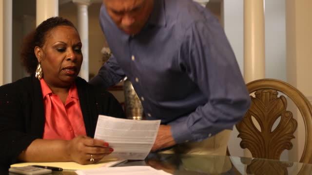 stockvideo's en b-roll-footage met husband explains documents to wife - ws - slecht nieuws