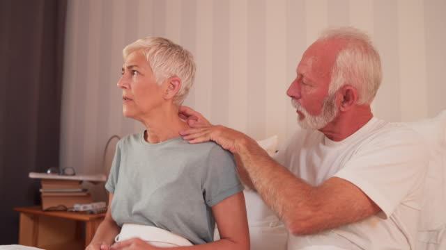vídeos de stock e filmes b-roll de husband massage wife's painful neck - dor no pescoço