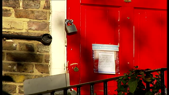 husband of singer amy winehouse arrested on suspicion of perverting the course of justice; ext home of amy winehouse and fielder-civil padlock on... - itv london tonight stock-videos und b-roll-filmmaterial