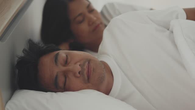 夫の睡眠 - 無呼吸点の映像素材/bロール