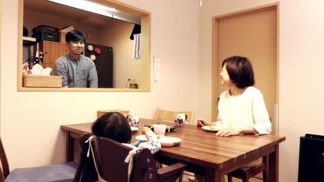 husband to the household chores - 団らん点の映像素材/bロール