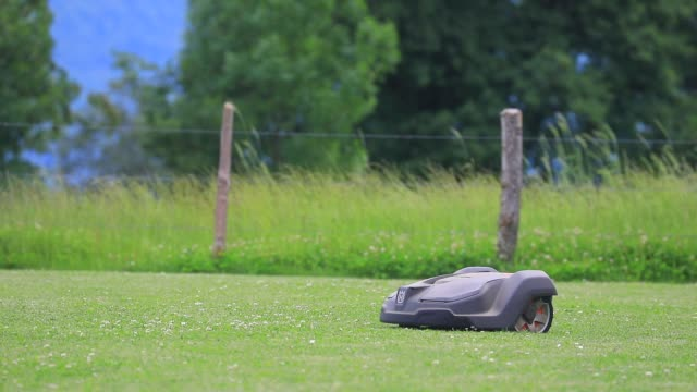 husqvarna robot mower at work in a garden on june 3, 2020 in chambery, france. - gräsmatta odlad mark bildbanksvideor och videomaterial från bakom kulisserna