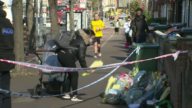 hussain chaudhry murder: police searching for two men; england: london: walthamstow: lea bridge road: ext various shots of people laying flowers -... - crime and murder stock-videos und b-roll-filmmaterial