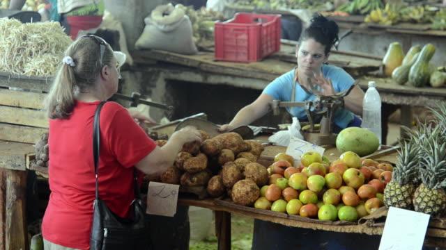 vídeos de stock e filmes b-roll de hustle and bustle of local mercado market in downtown havana cuba - vender