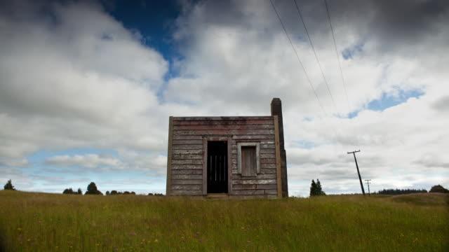 vidéos et rushes de hut - cabane structure bâtie