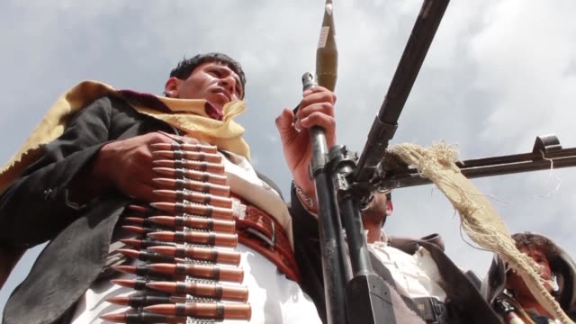 vídeos de stock, filmes e b-roll de huthi fighters in sanaa mobilise to fight in hodeida despite the temporary halt of an offensive by progovernment forces on the rebel held red sea... - mar vermelho