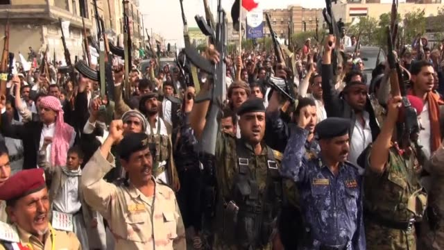 huthi militants protested in yemen's capital on friday against air strikes by a saudi led coalition, on the same day the rebels and yemen's exiled... - esilio video stock e b–roll