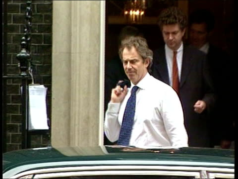 day 5; itn lib number 10 downing street: ext lms prime minister tony blair mp and jonathan powell leaving / tony blair mp getting into car - 5日目点の映像素材/bロール