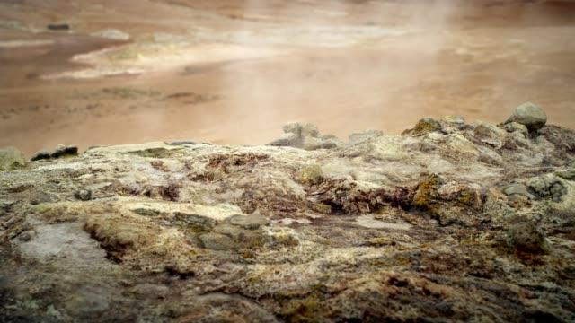 vidéos et rushes de hverarond zone géothermique. un sifflement dans les évents - caillou