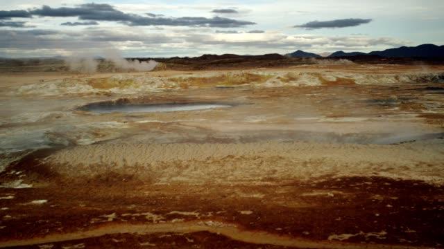 vidéos et rushes de hverarond zone géothermique. un sifflement dans les évents - pierre