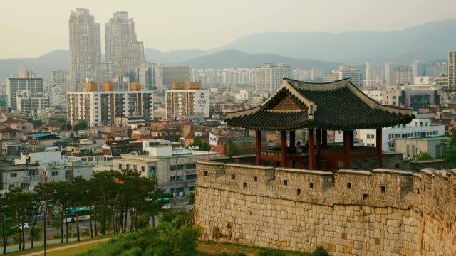 vidéos et rushes de hwaseong est une forteresse de la dynastie joseon qui entoure le centre de la ville de suwon - haut lieu touristique international
