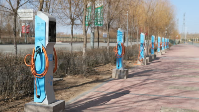 vídeos de stock, filmes e b-roll de hybrid and electric car charging station in china - carregando