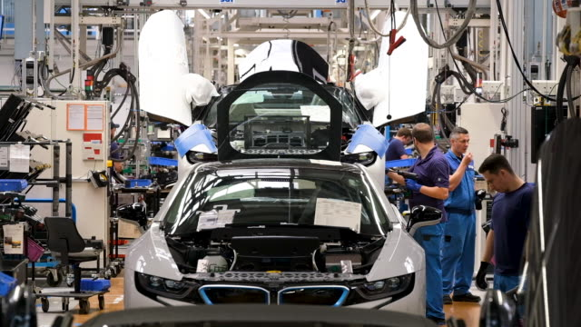 vídeos y material grabado en eventos de stock de hybrid car stands on the assembly line at the bmw factory on may 20, 2019 in leipzig, germany. german president frank-walter steinmeier later spoke... - coche híbrido