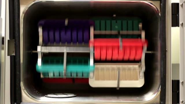 a fluorescenza forno - dna microarray video stock e b–roll