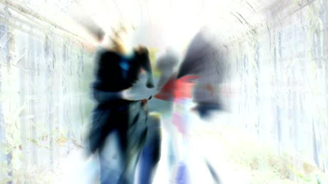 MENSCHEN GEHEN DURCH PERGOLA: hyde park london, Dezember-Übergang