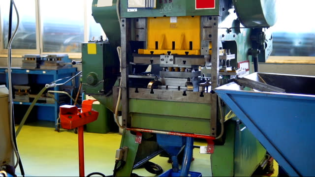 hydraulic cutting press in the process - spingere video stock e b–roll
