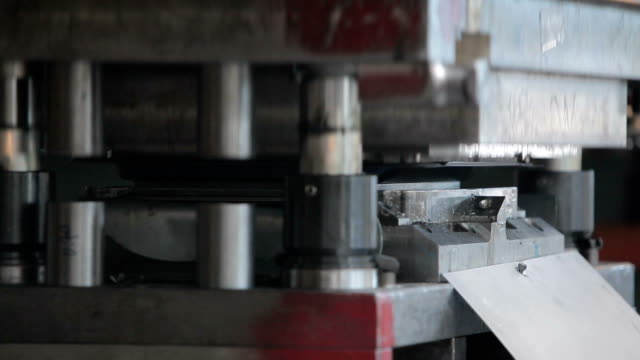 vídeos de stock e filmes b-roll de hydraulic cutting press in the process - eco