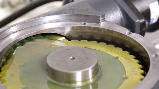 vídeos de stock, filmes e b-roll de sistema de engrenagem hidráulica - motor