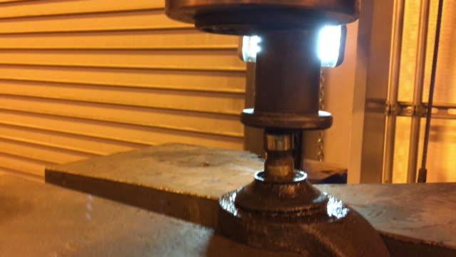 hydraulische presse schiebt verrottetes kugelgelenk heraus - vakuum stock-videos und b-roll-filmmaterial