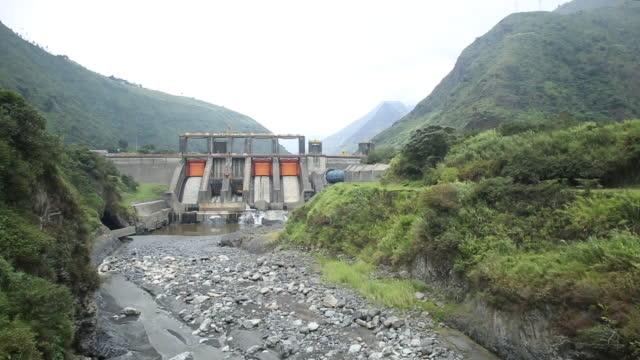 vídeos y material grabado en eventos de stock de presa hidroeléctrica en el valle del río verde - presa