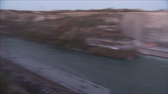 vidéos et rushes de a hydroelectric plant lies in a gorge on the niagara river. - rivière niagara