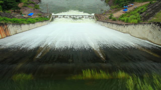 stockvideo's en b-roll-footage met hydroelectric power dam - waterkracht