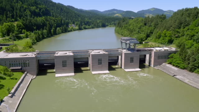 vídeos de stock e filmes b-roll de aerial hydroelectric power plant vuzenica on drava river - eslovénia