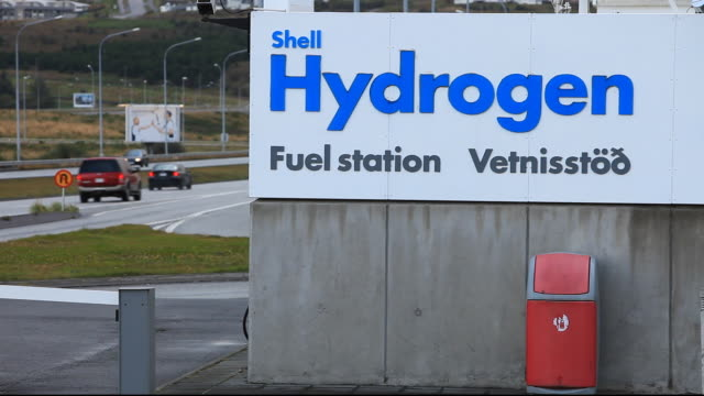 vídeos de stock, filmes e b-roll de a hydrogen filling station on the outskirts of reykavik, iceland. the filling station is owned by shell and is part of a project to help iceland move from away from imported oil, to powering its vehicles with hydrogen. iceland is committed to moving to a h - hidrogênio