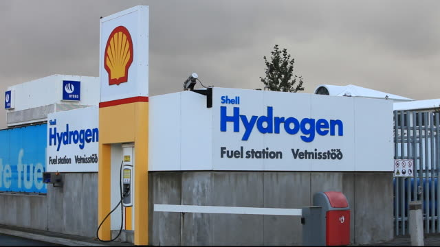 a hydrogen filling station on the outskirts of reykavik, iceland. the filling station is owned by shell and is part of a project to help iceland move from away from imported oil, to powering its vehicles with hydrogen. iceland is committed to moving to a h - 化石燃料点の映像素材/bロール