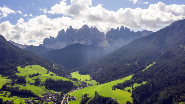 hyper lapse aerial view of national park puez odle, dolomites - alto adige video stock e b–roll