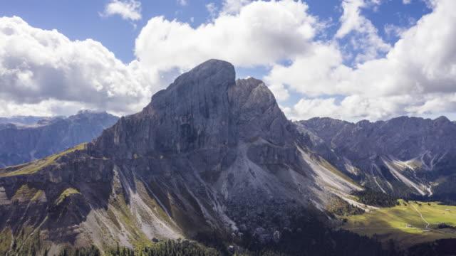 hyper lapse aerial view of national park puez odle, dolomites - mischiare video stock e b–roll