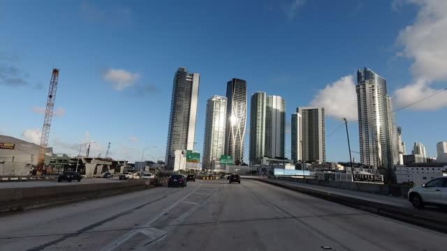vídeos y material grabado en eventos de stock de coches hiper lapso conduciendo en la autopista, miami - florida - calle urbana