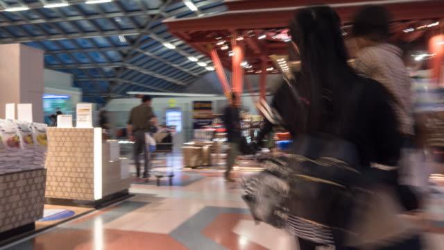 ハイパーラプス人の人々のショッピングの免税で空港 - 香港国際空港点の映像素材/bロール