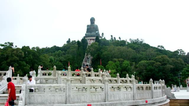 vidéos et rushes de hyper lapse: le bouddha géant à ngong ping, l'île de lantau monastère po lin bouddhiste - dieu
