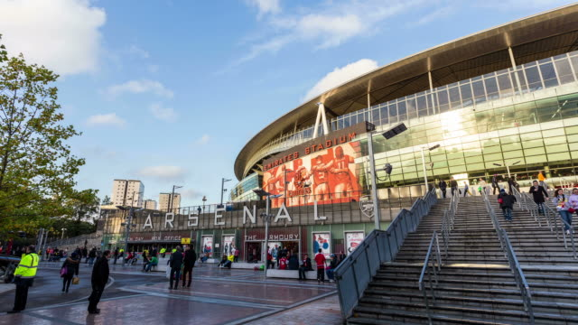 vidéos et rushes de london - circa 2013: hyper lapse, hyperlapse, time lapse of arsenal emirates stadium during a sunny day with crowd before a football match - angleterre