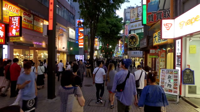 vidéos et rushes de hyper lapse of a point of view walk in the streets of shinjuku, tokyo - piéton