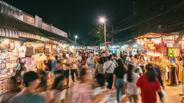 vídeos de stock e filmes b-roll de hyper lapse of chatuchak weekend market in bangkok at night time - turismo