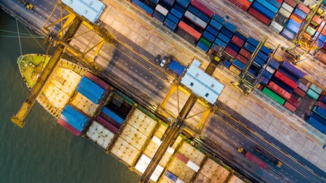 vídeos de stock e filmes b-roll de hyper lapse of international port with crane loading containers in import export business logistics. - cais estrutura feita pelo homem