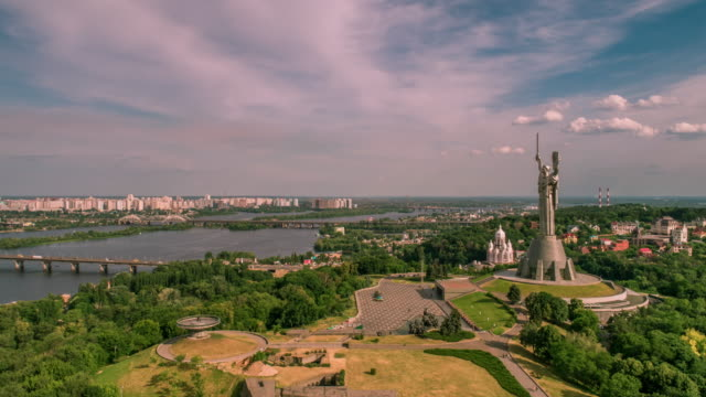 hyper lapse panoramic aerial view of motherland monument in kiev - ウクライナ点の映像素材/bロール