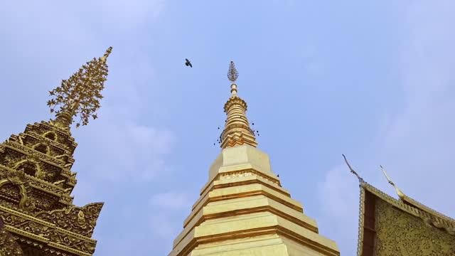 hyper lapse shot of wat prathat chor hae in phrae province, thailand. - tornspira bildbanksvideor och videomaterial från bakom kulisserna
