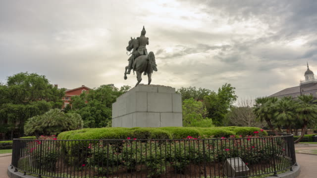 hyper lapse time lapse jackson square park statue. new orleans louisiana - figura maschile video stock e b–roll