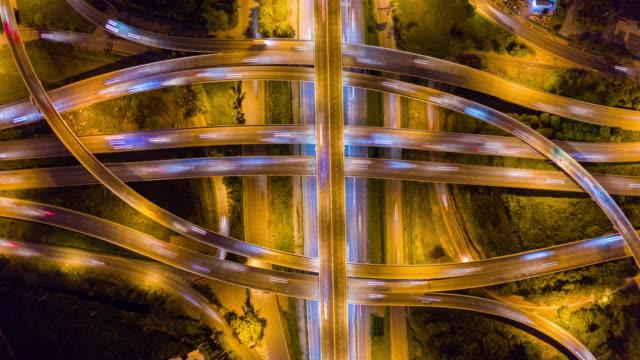 vídeos de stock, filmes e b-roll de 4k hyper lapse: tráfego no intercâmbio da estrada-vista aérea de junções da estrada da via expressa ou da autoestrada - complexidade