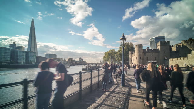 a hyper lapse walk along the bank of the river thames past the tower of london. with the shard in the distance. - hyperlapse video stock e b–roll