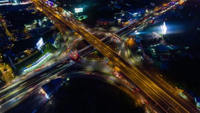 vídeos y material grabado en eventos de stock de hiper lapso de tiempo del tráfico del coche en la rotonda circular, 4k uhd disparo aéreo drone. transporte terrestre, paisaje urbano o tecnología de transporte avanzado - lapso de tiempo a cámara rápida