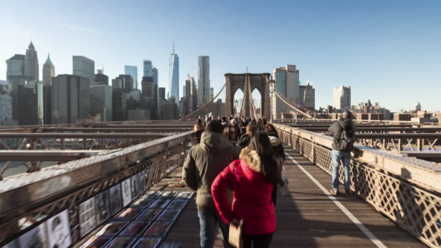 vidéos et rushes de tl, ws hyperlapse across brooklyn bridge / new york, usa - pont de brooklyn