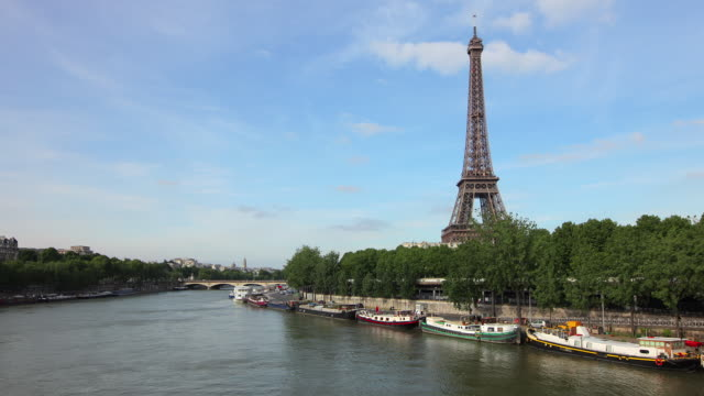 tl hyperlapse across pont de bir-hakeim - river seine stock videos & royalty-free footage