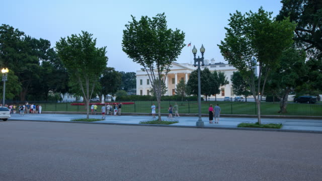 hyperlapse across white house washington dc - la casa bianca washington dc video stock e b–roll