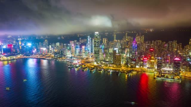 vídeos y material grabado en eventos de stock de hyperlapse vista aérea del tráfico del centro de la ciudad en el puerto de victoria en hong kong china por la noche - pico victoria