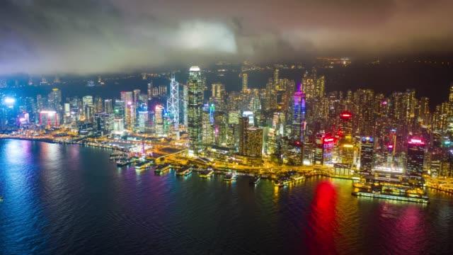 hyperlapse luftaufnahme des stadtbildes in der innenstadt im hafen von victoria bei hong kong china in der nacht - dschunke stock-videos und b-roll-filmmaterial